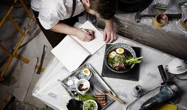 Kock som förbereder maträtter