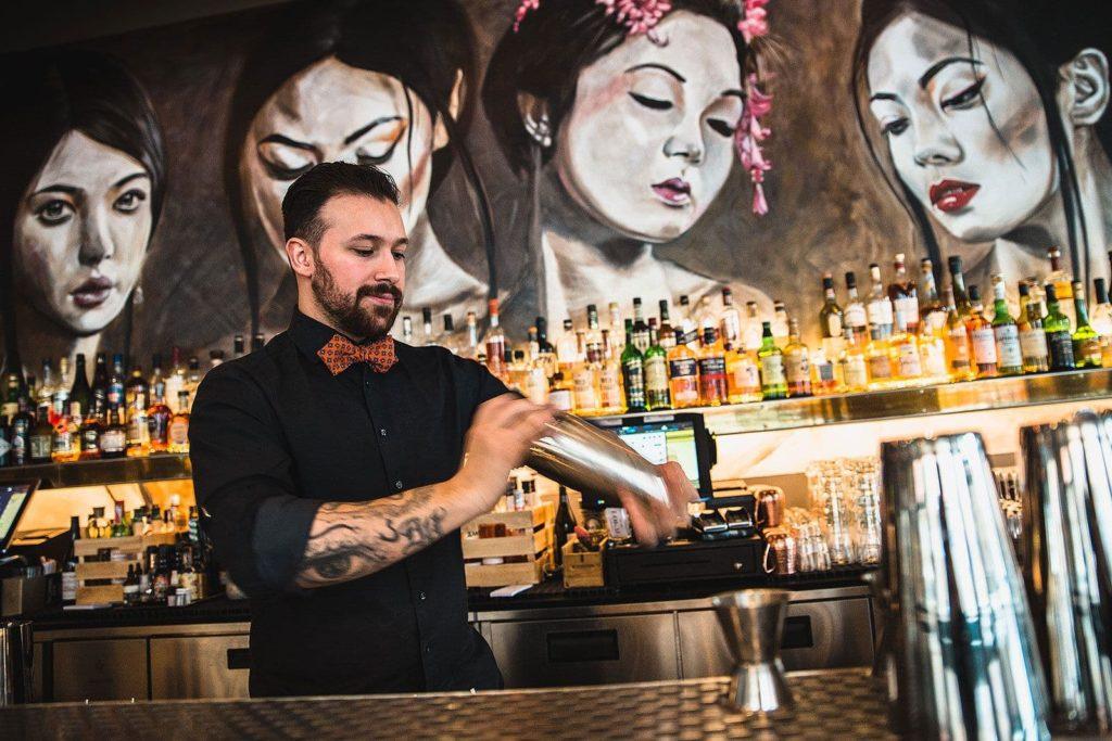 Bartender som mixar en drink på Kungsholmen